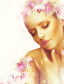Complexion. Gorgeous Woman with Perfect Bronzed Skin and Orchid Flowers. Fragrance — Foto de Stock
