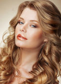 Styling. Gorgeous Fashion Model with Perfect Light Silky Hair — Stok fotoğraf
