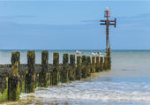 Seaside with wooden groyne going into sea — Stock Photo