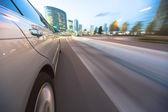 Conducir en la ciudad al atardecer. — Foto de Stock
