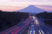 Mount fuji en verkeer bij zonsondergang. — Stockfoto