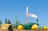 Raffinerie de pétrole crachant la fumée — Photo