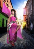 Una hermosa chica sexy con un vestido de moda — Foto de Stock