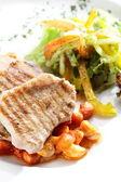 Gebratenes Fleisch auf weißem Teller — Stockfoto