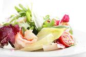 Smakrik sallad med grönsaker — Stockfoto