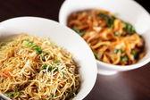 Garnitür ile sıcak çinli spagetti — Stok fotoğraf