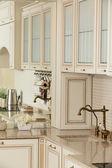Sauberen weißen europäischen Küche — Stockfoto