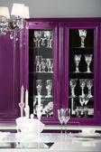 Moderne paarse keuken met stijlvol meubilair — Stockfoto