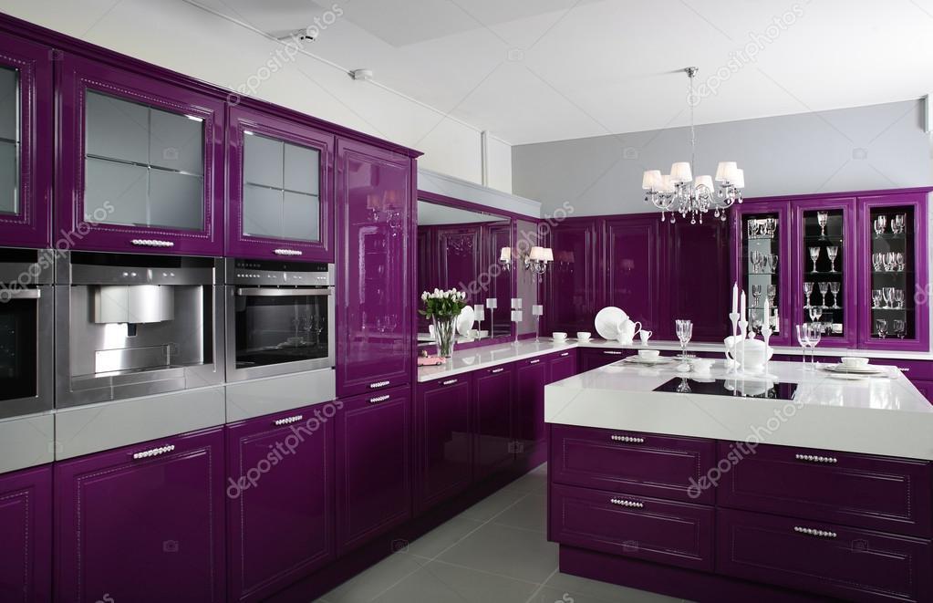 Cucina moderna viola con eleganti mobili — foto stock © fiphoto ...