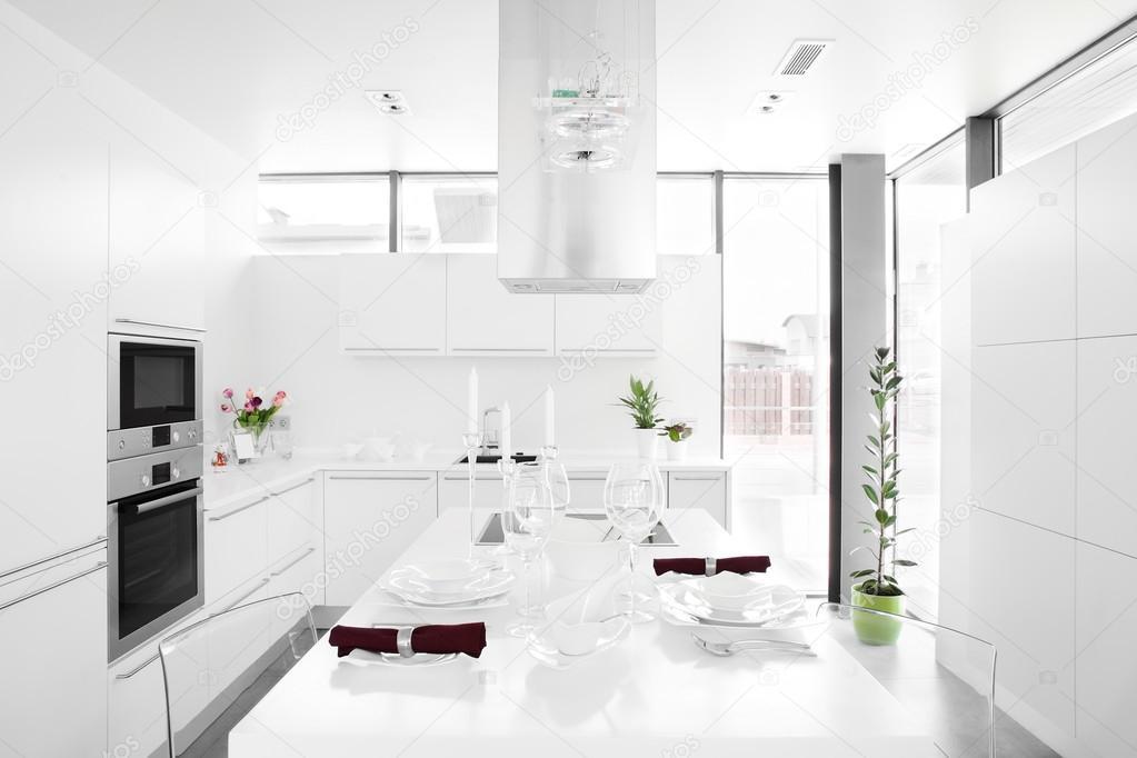Moderne witte keuken met stijlvol meubilair — Stockfoto © fiphoto ...