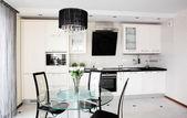 Современная кухня со стильной мебелью — Стоковое фото