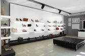 Negozio di scarpe di lusso con interni luminosi — Foto Stock