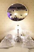 Avrupa restoran sarı renklerde — Stok fotoğraf