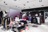 Nuovissimo interni del negozio di stoffa — Foto Stock