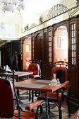 европейский ресторан в желтых цветах — Стоковое фото