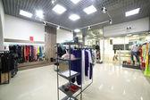 Gloednieuwe interieur van doek winkel — Stockfoto