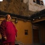 Ethnic Tibetan Monk Dhankar Monastery Courtyard — Stock Photo