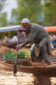 Dal Lake Floating Market Man Standing Rowing — Stock Photo