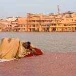 Poor Indian Man Sleeping Outdoors Haridwar Ganges — Stock Photo