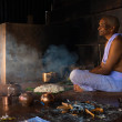 Hindu Man Ritual Blessing Offering For Deceased — Stock Photo