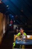 Mulher indiana comendo dhaba sujo restaurante — Fotografia Stock