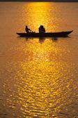 Veslice indických turistů slunce ganges varanasi — Stock fotografie