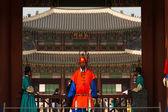 Gyeongbokgung palast eingang rotgardisten schließen — Stockfoto