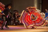 Robe de danse folklorique mexicain de jalisco répandre rouge — Photo