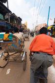 Jazda konna pasażera pov cyklu riksza ulicy indie — Zdjęcie stockowe