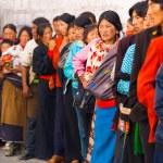 entrar en cola de tibetanos lhasa templo jokhang — Foto de Stock