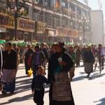 Tibetan Mother Child Lhasa Walking Barkhor Crowd — Stock Photo