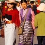 välklädda tibetanska kvinnor barkhor promenader — Stockfoto