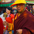 Tibetan Buddhist Monk Spinning Prayer Wheel — Foto de Stock