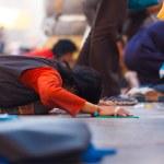 tibetanska pilgrim prostrerande platt mark jokhang — Stockfoto