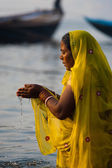 Hindu kadın, ganj nehri varanasi dua götürdü — Stok fotoğraf