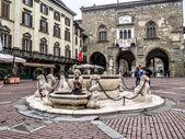 Pohled na palazzo del podesta ve starém městě, bergamo, itálie — Stock fotografie