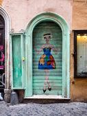 Roma'da campo dei fiori i̇lçesi yakınlarında yeşil kapı — Stok fotoğraf