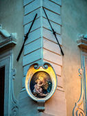 Street altar with Mary and Jesus in Rome — Stock Photo