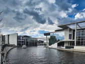 River Spree and bridge in front of the german Chancellery in Ber — Stockfoto