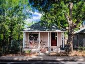 Pink house in Flagstaff, Arizona — Stock Photo