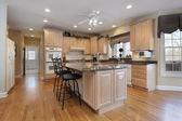 橡木实木橱柜的厨房 — 图库照片