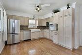 Cucina con mobili tan — Foto Stock