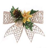 圣诞闪光蝴蝶结装饰用松木锥、 金苹果和霍莉莓果叶子孤立在白色背景上 — 图库照片