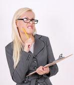Retrato del secretario enojado en vasos con pluma y portapapeles sobre fondo blanco — Foto de Stock