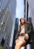 Sexy mladá dívka pózuje v městě — Stock fotografie