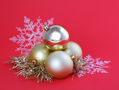Christmas gold balls and snowflakes on red background, card — Stok fotoğraf