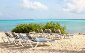 Tropická pláž s lehátky a tyrkysové moře. resort na bahamách — Stock fotografie