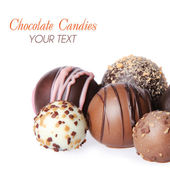 在白色背景上孤立的美味巧克力糖果的集合 — 图库照片