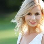 usměvavá blondýnka. portrét šťastný veselý krásná mladá žena, venku. Kopírovat prostor — Stock fotografie