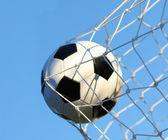 Pallone da calcio in gol netto sopra un cielo blu. gioco del calcio. vittoria — Foto Stock